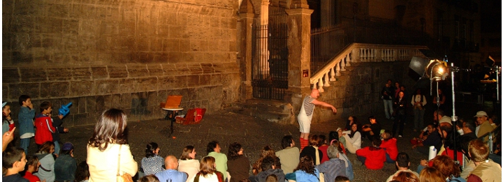 Spettatori assistono ad uno spettacolo di un artista di strada