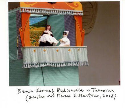 Piccolo palcoscenico con delle marionette