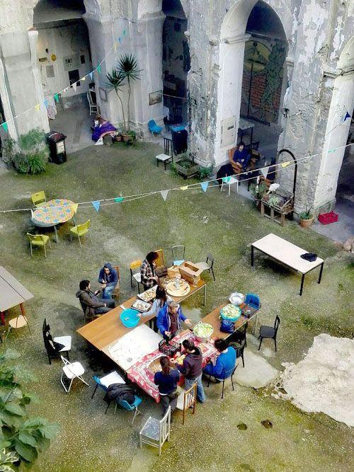 Un tavolo all'interno di un cortile