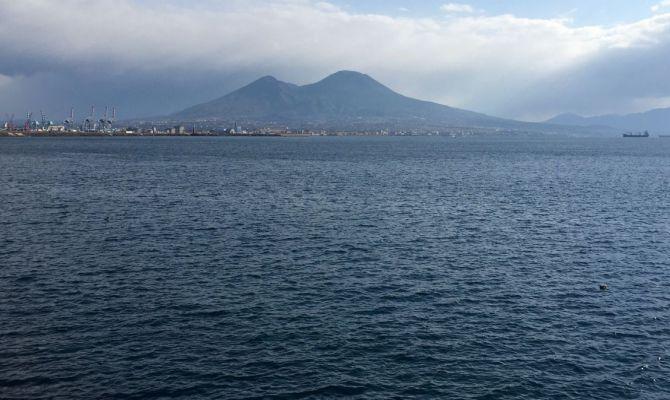 Vista del mare di Napoli con sullo sfondo il Vesuvio. La foto è di Angela Casaretti