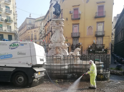 Un operatore mentre pulisce una strada