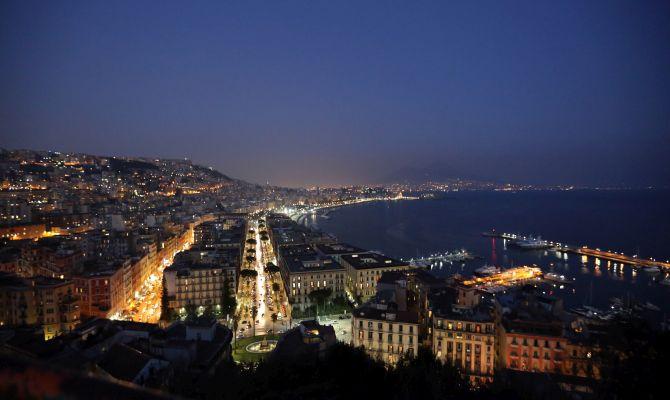 Un panorama notturno di Napoli
