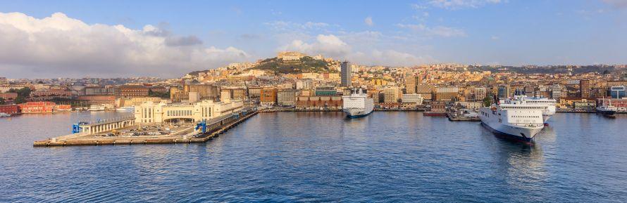 Una foto del porto di Napoli