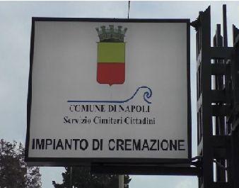"""Un cartello con la scritta """"Impianto di cremazione"""""""