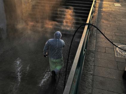 Un operatore mentre pulisce una scalinata