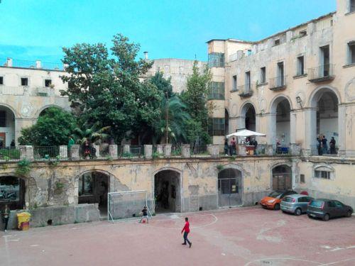 Un campetto di calcio all'intero di un palazzo storico