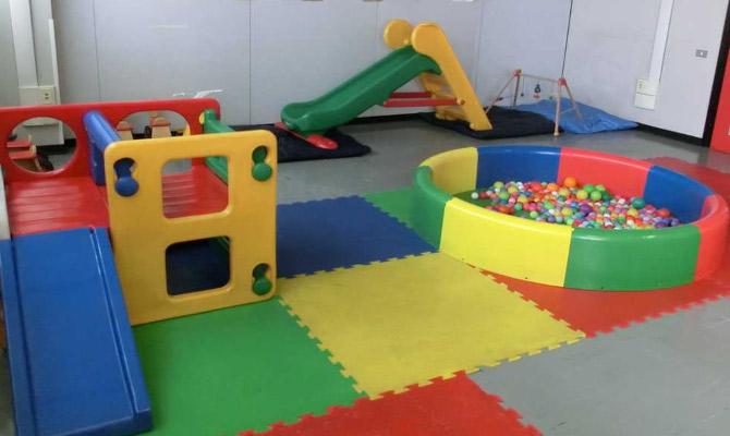 Giochi per bambini in una scuola