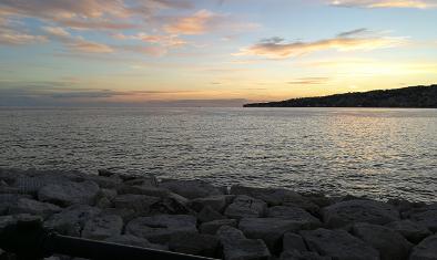 Una foto del mare vista da via Caracciolo a Napoli