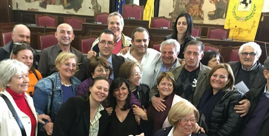Foto dei partecipanti alla Consulta con il sindaco Luigi de Magistris