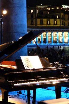 Un pianoforte in primo piano a piazza del Plebiscito