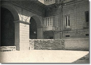 cortile di palazzo san giacomo con un basso muro di contenimento e sacchetti di sabbia