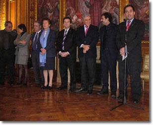 foto di gruppo raffigurante due donne e sei uomini che ascoltano con attenzione uno di loro che parla