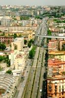 immagine panoramica presa dall'alto di una lunga strada circondata da fabbricati