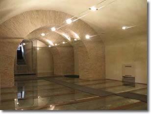Panoramica della sala dell'Armeria con il pavimento in vetro
