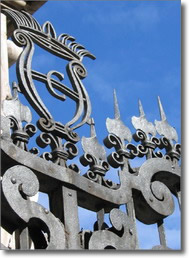 particolare della cancellata della guglia con antico stemma della città di Napoli