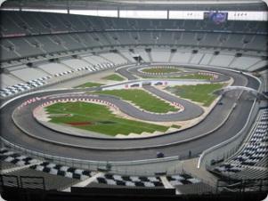 circuito automobilistico ricostruito sul campo di gioco di uno stadio di calcio
