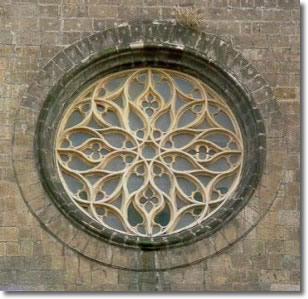 rosone della chiesa chiuso da vetro opaco e decorato con ornamenti in metallo