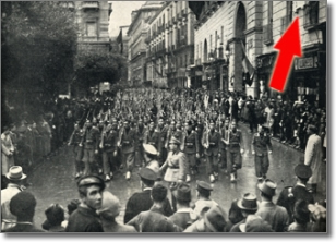 reparto di avanguardisti in sfilata davanti a Palazzo San Giacomo durante le celebrazioni del quinto anniversario delle sanzioni. novembre millenovecentoquaranta