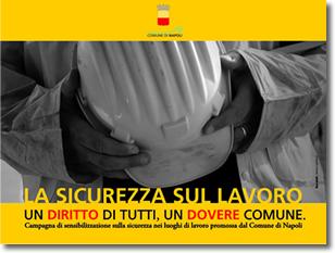 primo piano delle mani di un uomo che stringono un casco da operaio