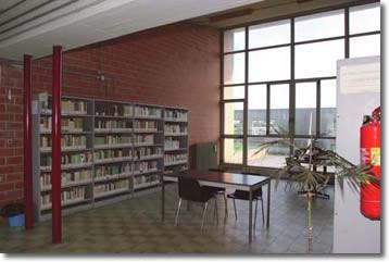 Interno con vetrata e librerie