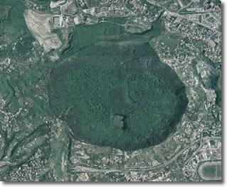 foto aerea di un cratere vulcanico