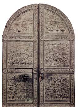 Porta bronzea con i sei bassorilievi che narrano gli episodi più importanti della guerra vinta da Ferrante d'Aragona