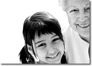 foto in bianco e nero di una bambina e di una donna anziana
