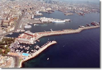 vista dall'alto del porto di Napoli