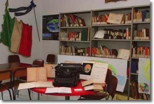 Interno della biblioteca. In primo piano una vecchia macchina per scrivere
