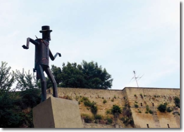 una foto della statua di Totò al rione sanità