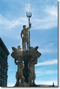antica fontana napoletana raffigurante una statua di Nettuno con un tritone nella mano destra