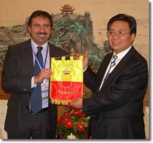 L'Assessore Oddati consegna al Vice Sindaco di Zhengzhou il gagliardetto del Comune di Napoli