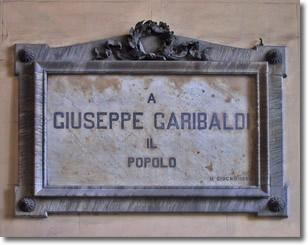 """lapide a commemorazione di Giuseppe Garibaldi il cui testo recita:""""a Giuseppe Garibaldi. Il popolo"""""""