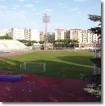Veduta del campo di calcio e dell'impianto di illuminazione