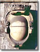 fontana del Formiello, sedicesimo secolo, particolare con stemma della città