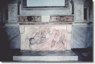 altare in marmo con bassorilievo