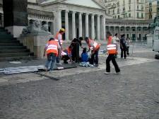 Operatori comunali montano tenda sanitaria