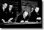 Il Presidente della Repubblica Enrico De Nicola firma la Costituzione, che sarà in vigore dal 1 gennaio 1948.