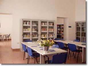 Interno della biblioteca con un nuovo arredamento