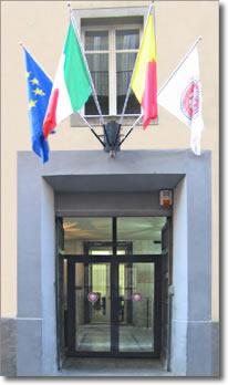 ingresso di fabbricato con bandiere