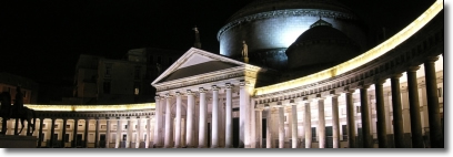 una foto notturna di piazza del Plebiscito