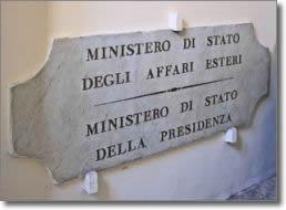targa marmorea con indicazione ministero di stato degli affari esteri e ministero di stato della presidenza