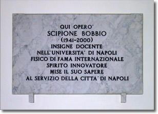 """lapide a commemorazione del professor Scipione Bobbio il cui testo recita:""""qui operò Scipione Bobbio (1941-2000), insigne docente nell'Università di Napoli, fisico di fama internazionale, spirito innovatore, mise il suo sapere al servizio della città di Napoli"""""""