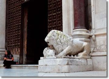 immagine esterna del Duomo di Napoli