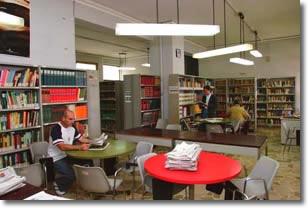 Interno della biblioteca con alcuni studenti