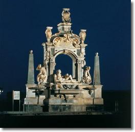 Antica fontana composta da uno zoccolo di piperno sul quale poggia una base in marmo con tre vasche. Ai lati due obelischi conclusi da una sfera. Al centro c'é un arco a tutto sesto sormontato da una lapide e dagli stemmi della città, del vicerè e del re di Spagna. Ai lati dell'arcata ci sono due tritoni mentre al centro c'è la scultura che raffigura il fiume Sebeto