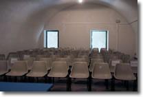 foto della sala con numerose sedioline