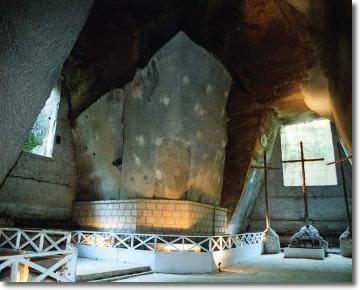 interno di un'ampia cava, con tre croci