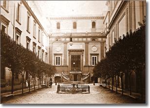 cortile di antico fabbricato con portale d'ingresso e due ali laterali con finestre