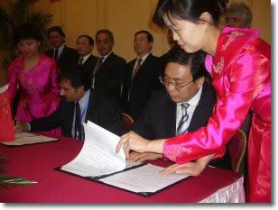 L'Assessore Nicola Oddati e il Vice Sindaco Li Liu Shen firmano il protocollo d'intesa